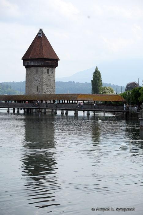 Днём вид на деревянный мост над рекой